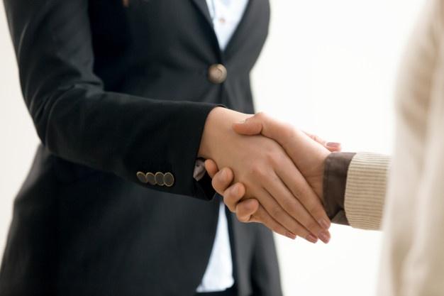 uomo-d-affari-e-donna-di-affari-che-stringono-le-mani-stretta-di-mano-di-affari-sulla-vista_1163-4238